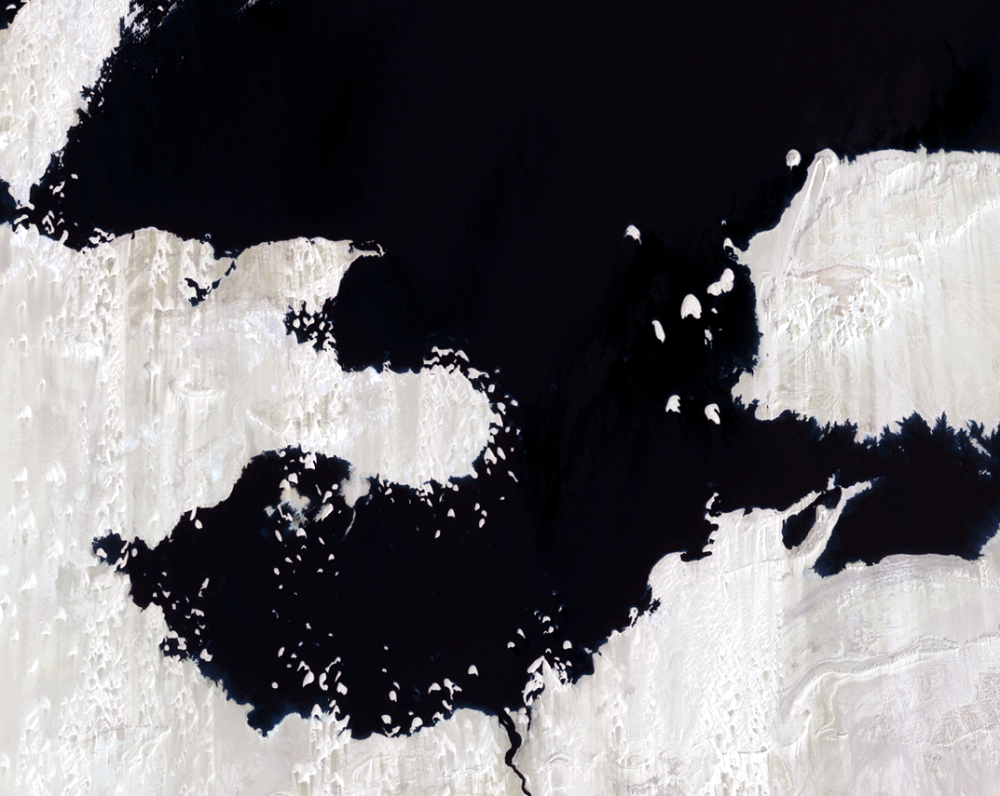 Aug. 19 and 26, 2001, Landsat 7 (path/row 175,176/44) — close up of Toshka Lakes, Egypt